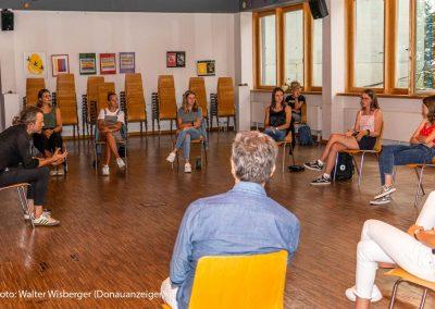 Gerd Baumann mit Schülerinnen
